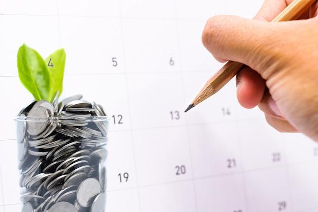 Planifier pour économiser de l'argent en verre pour votre investissement futur est similaire à la croissance des feuilles vertes