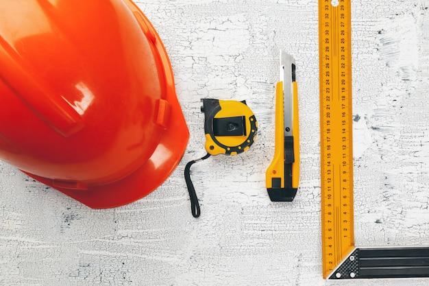 Plans architecturaux et rouleaux de plans et un dessin d'instruments sur la table de travail.