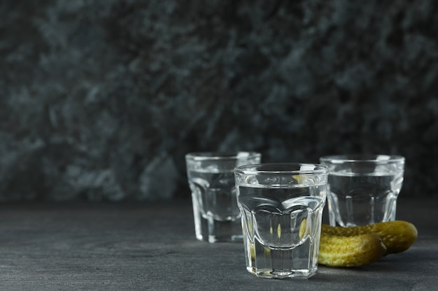 Plans de boissons et de savoureuses collations sur une table en bois sombre