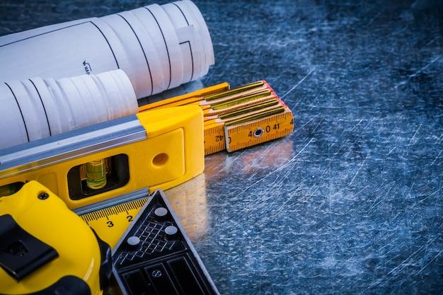 Plans de niveau de construction et outils de mesure sur le concept de construction et d'architecture de surface rayée métallique