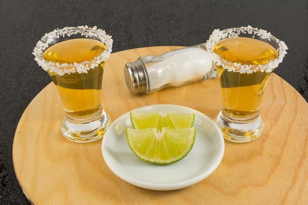 Plans de la tequila dorée sur le plateau en bois