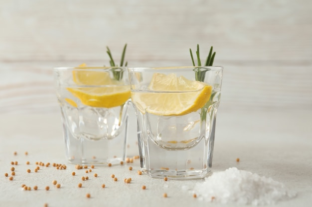 Plans de tequila sur table texturée blanche