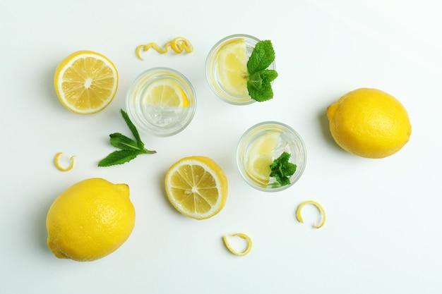Plans de vodka et de citrons sur une surface blanche