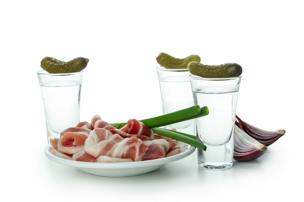 Plans de vodka et de savoureuses collations isolés sur fond blanc