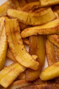 Plantains frits tranchés pour faire un plat vénézuélien avec des arepas et de la viande hachée pabellon criollo