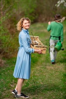 La plantation des cultures dans les champs de l'agriculture de l'ouvrier féminin vie écologique
