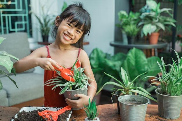Plantation et jardinage d'enfants à la maison