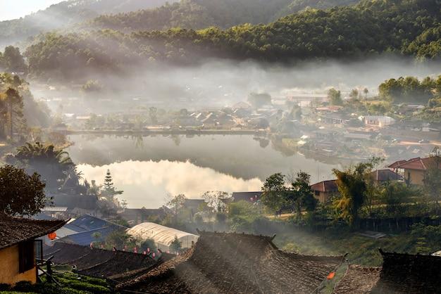 Plantation de thé et village à ban rak thai, une attraction touristique populaire. province de mae hong son, au nord de la thaïlande.