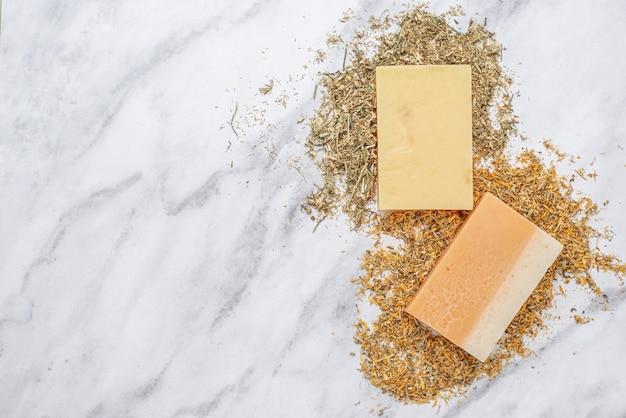 Plante aux propriétés spéciales et arrangement de savon