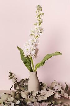 Plante décorative à l'intérieur d'un vase minimal