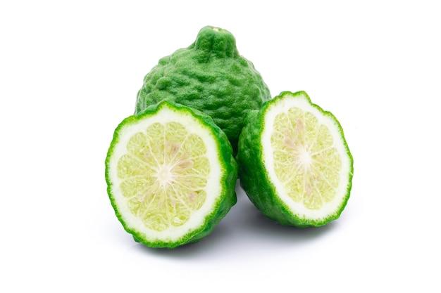Plante médicinale de bergamote sur fond blanc