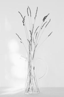 Plante minimale abstraite dans un pot transparent