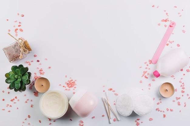 Plantes et bougies près de produits cosmétiques