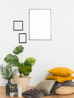 Plantes avec cadre vide et coussins