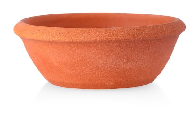 Plaque d'argile isolée sur un blanc. plats en céramique