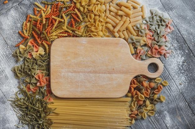 Plaque en bois rustique avec un espace pour votre texte, bordée de pâtes différentes de tous les côtés