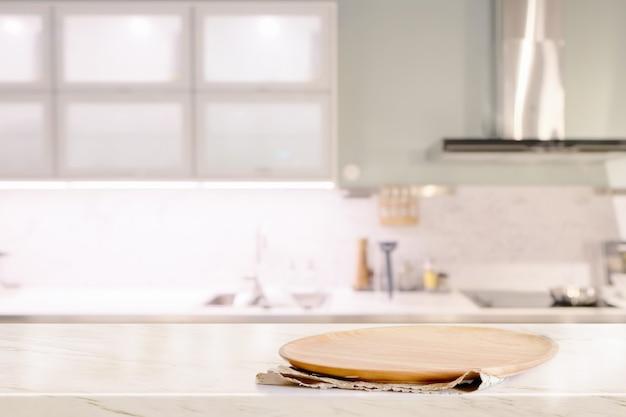 Plaque de bois sur la table de mable dans la cuisine