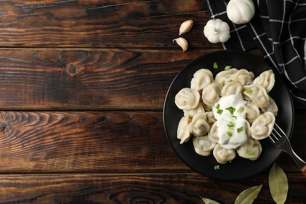 Plaque avec boulettes et serviette sur fond en bois, vue de dessus