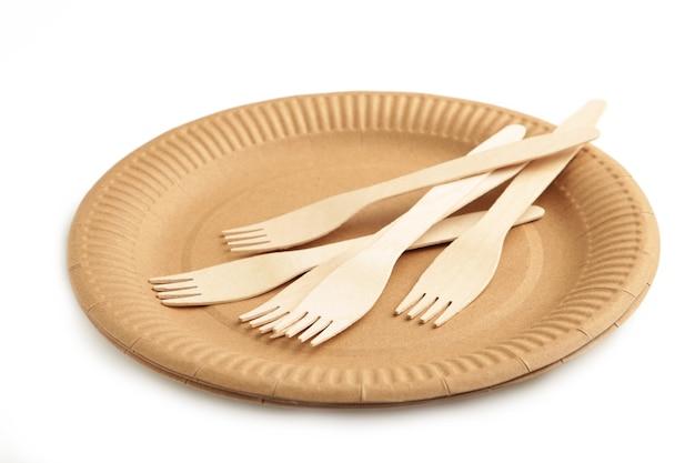 Plaque écologique avec fourchette isolée sur fond blanc. vaisselle jetable. vue de dessus