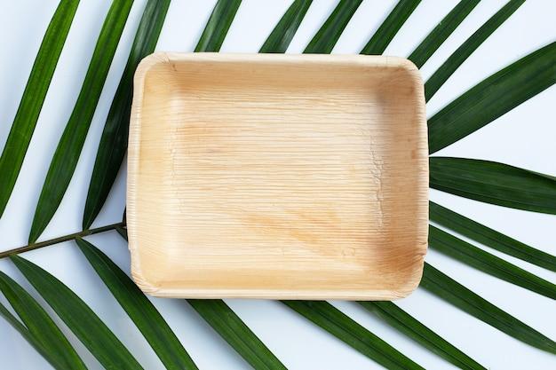 Plaque de feuille de palmier bétel sur fond blanc.