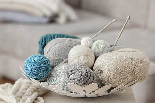 Plaque avec fils à tricoter sur table