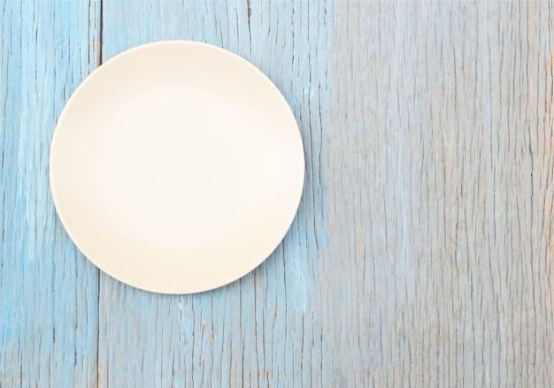 Plaque sur fond de table en bois