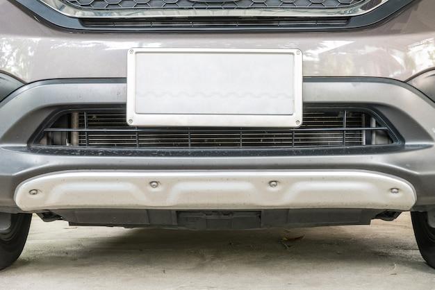 Plaque icense devant la voiture