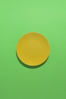 Plaque jaune sur fond vert