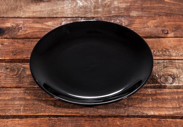Plaque noire sur un bois
