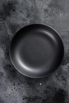 Plaque noire sur fond noir. vue de dessus. espace copie
