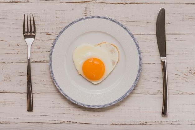 Plaque avec œuf frit avec forme de coeur