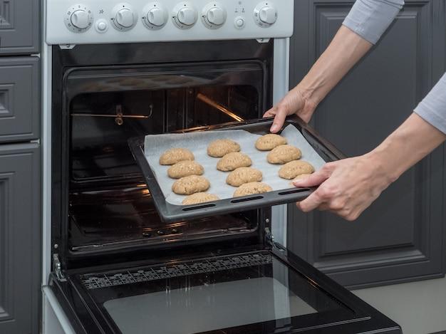 Plaque à pâtisserie avec biscuits au four.