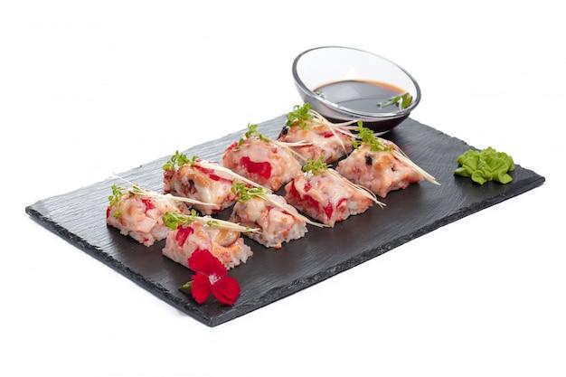 Plaque rectangle noire avec sushi, isolé sur blanc