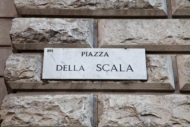 Plaque de rue du célèbre point intéressant dans le centre de milan - italie