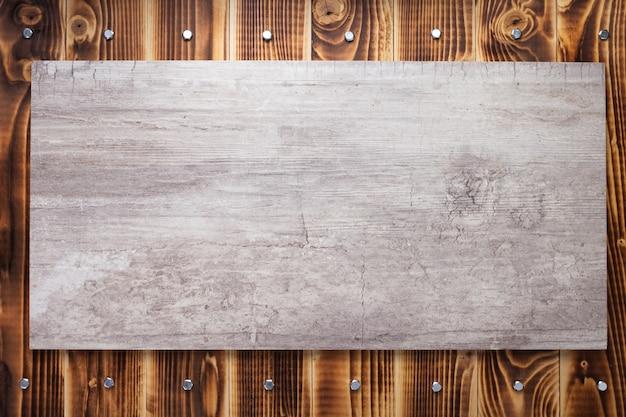 Plaque signalétique ou panneau mural à la surface de texture de fond en bois noir, avec vis