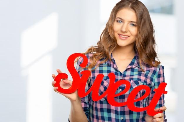 Plaque signalétique 'sweet' en bois dans les mains des femmes