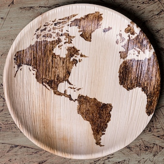 Plaque de vue de dessus avec carte du monde