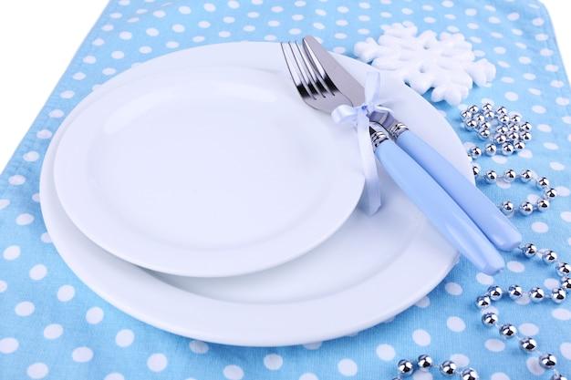 Plaques blanches, fourchette et couteau en gros plan