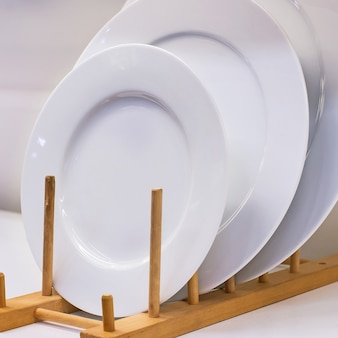 Plaques en céramique blanche empilées.