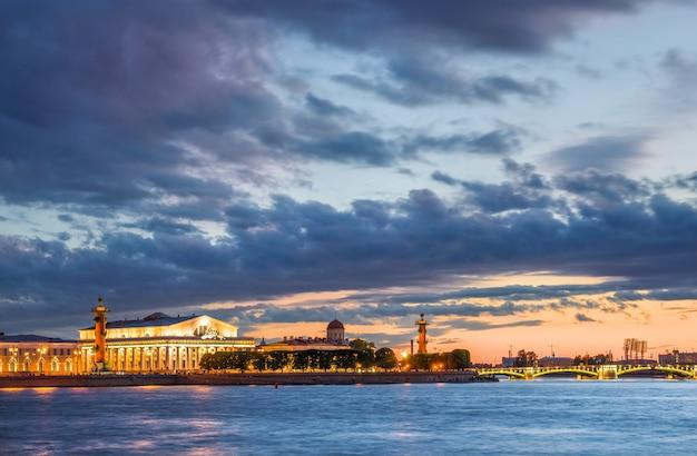 Des plaques de nuages sur spit of vasilyevsky island à saint-pétersbourg