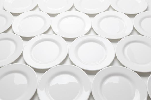 Plaques rondes blanches isolés sur fond blanc