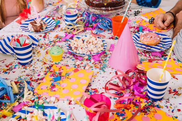 Plaques sur la table à la fête d'anniversaire