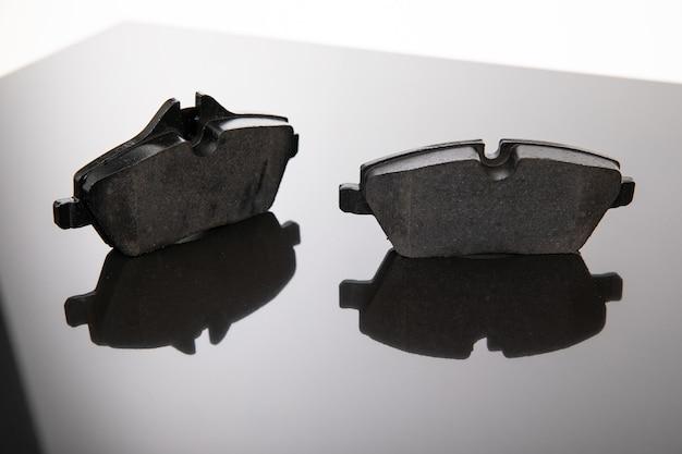 Plaquettes de frein sur fond miroir