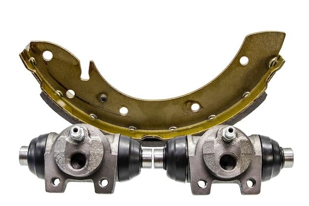 Plaquettes de frein à tambour sur un fond blanc isolé. réparation de système de freinage de voiture.