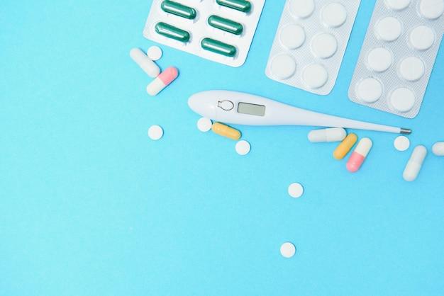 Plaquettes thermoformées de suppléments et de pilules, gros plan. place pour insérer votre texte, fond bleu. pharmaciens et cliniques.