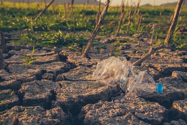 Plastique et déchets au parc naturel. sensibilisation à l'environnement et au plastique. concept de la journée mondiale de l'environnement. sauver la terre sauver la vie.