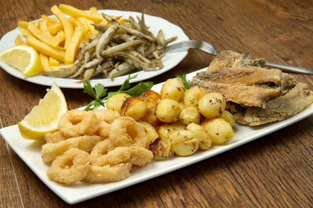 Plat avec des aliments frits