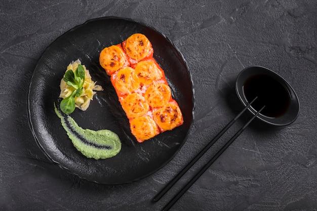 Plat asiatique avec wasabi et sauce soja
