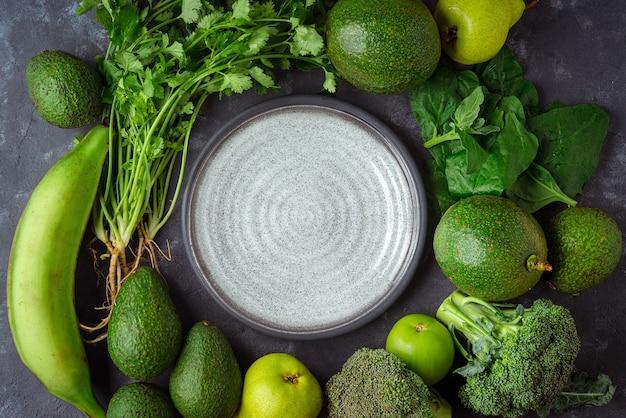 Plat au milieu d'un tas de légumes pour une alimentation saine