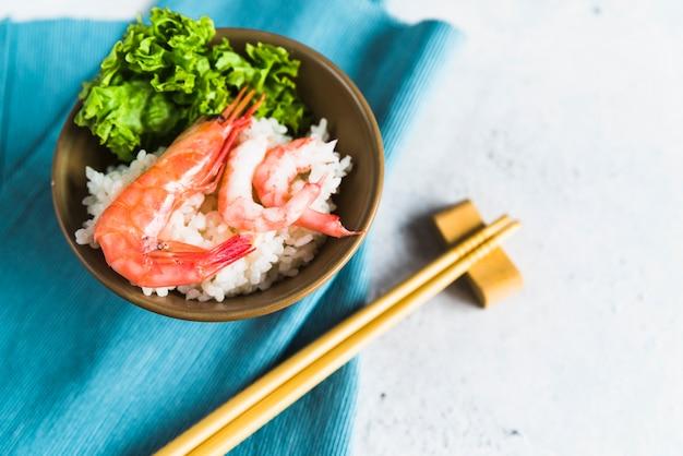Plat aux crevettes, riz et persil